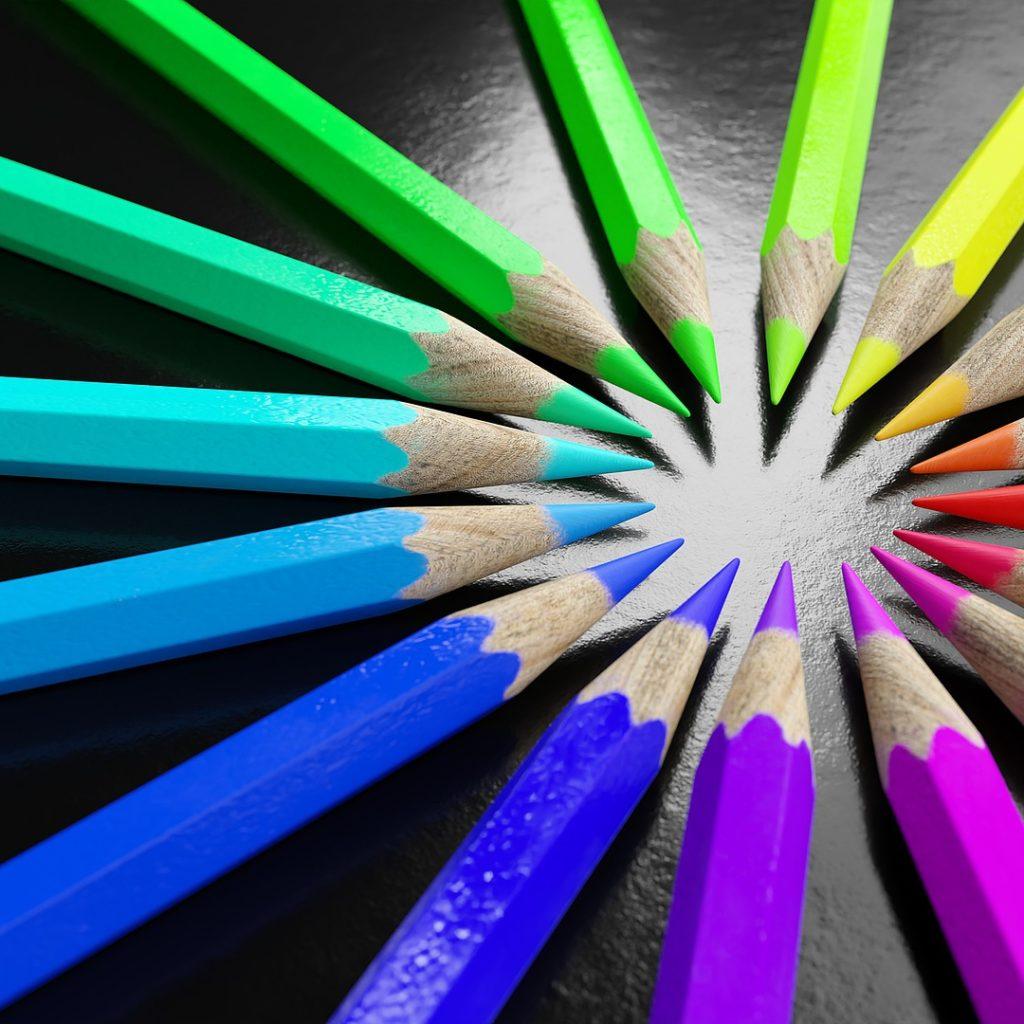Crayons de couleurs représentant les différentes couleurs d'une charte graphique