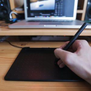 Tablette graphique utilisée pour créer les logos