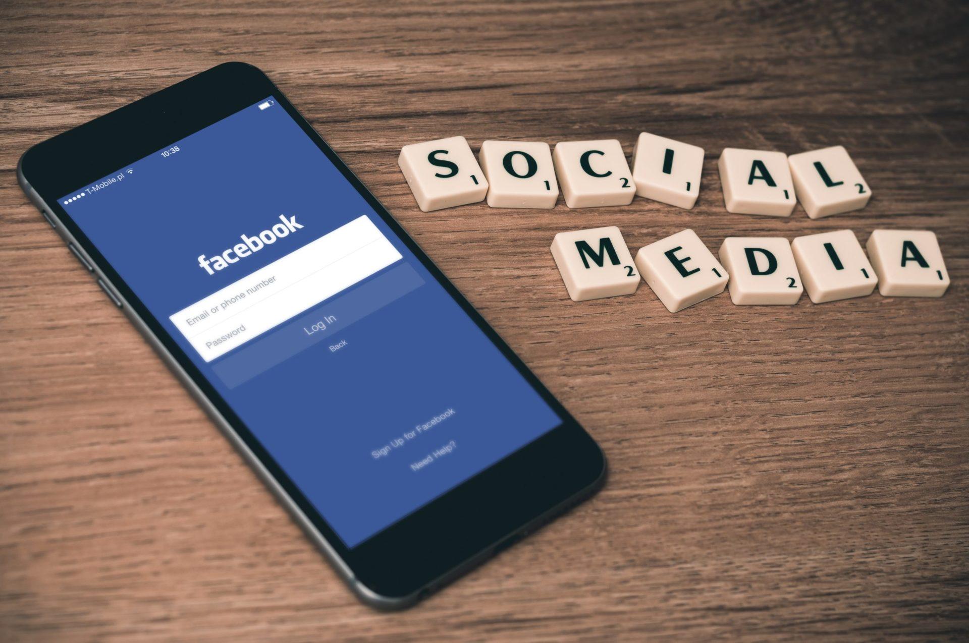 Le social media Facebook sur mobile