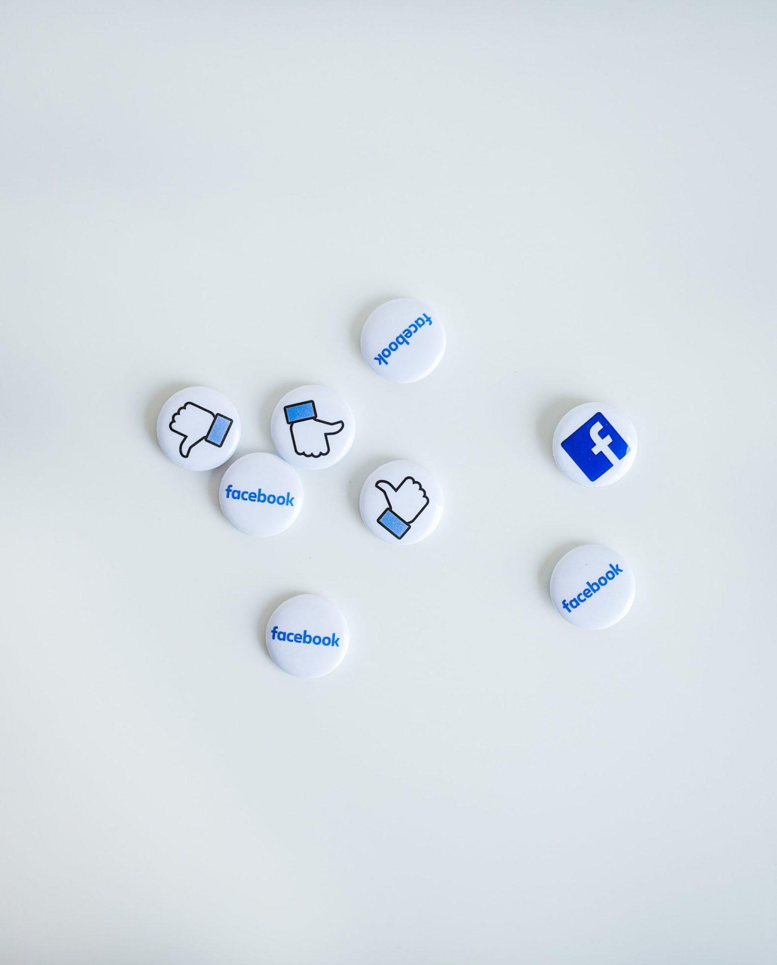 Icônes pouces et logo Facebook