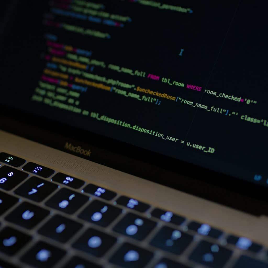 Ecran d'ordinateur affichant les lignes de code d'un site internet