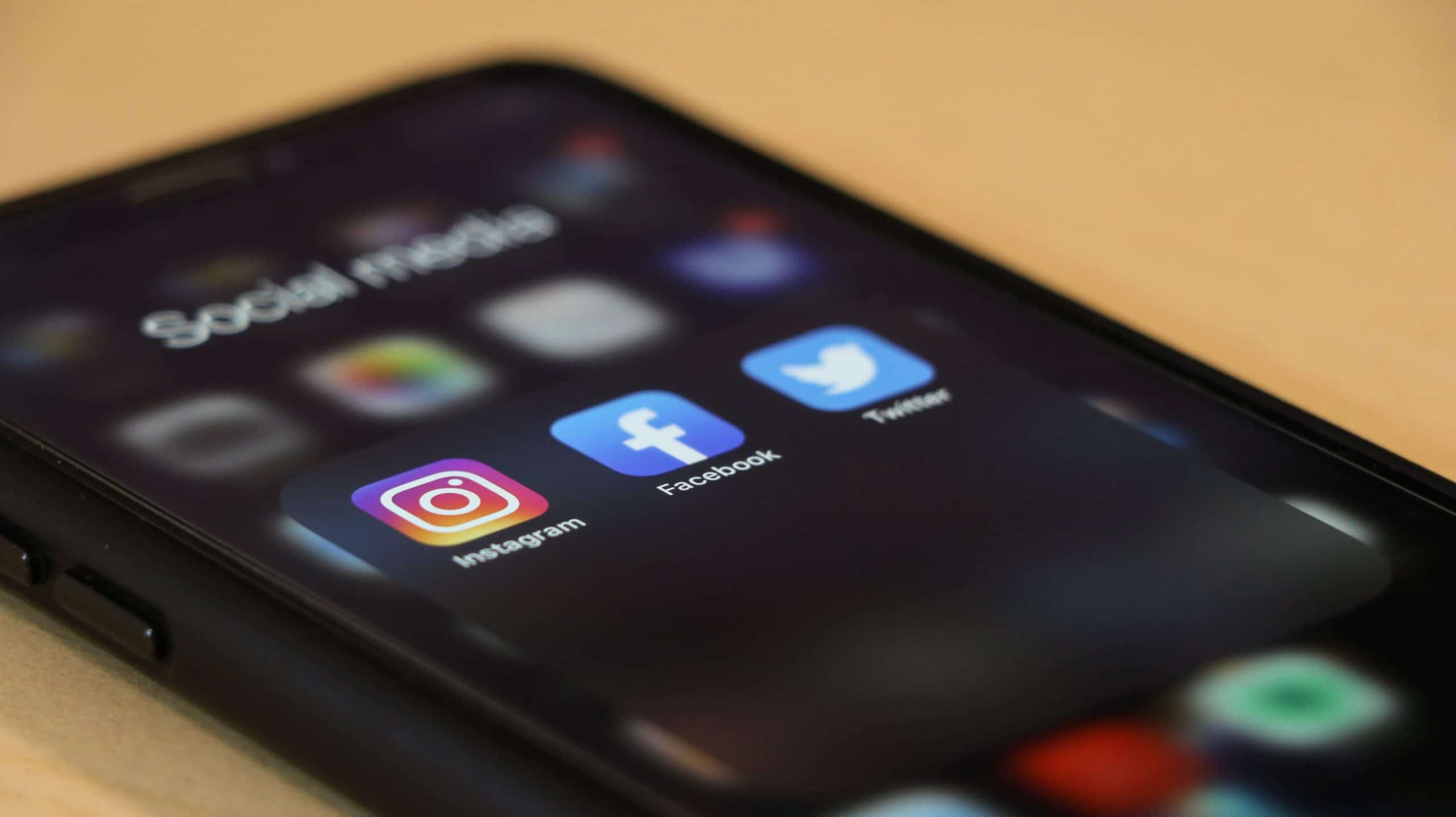 Logos des réseaux sociaux Instagram, Facebook et Twitter.