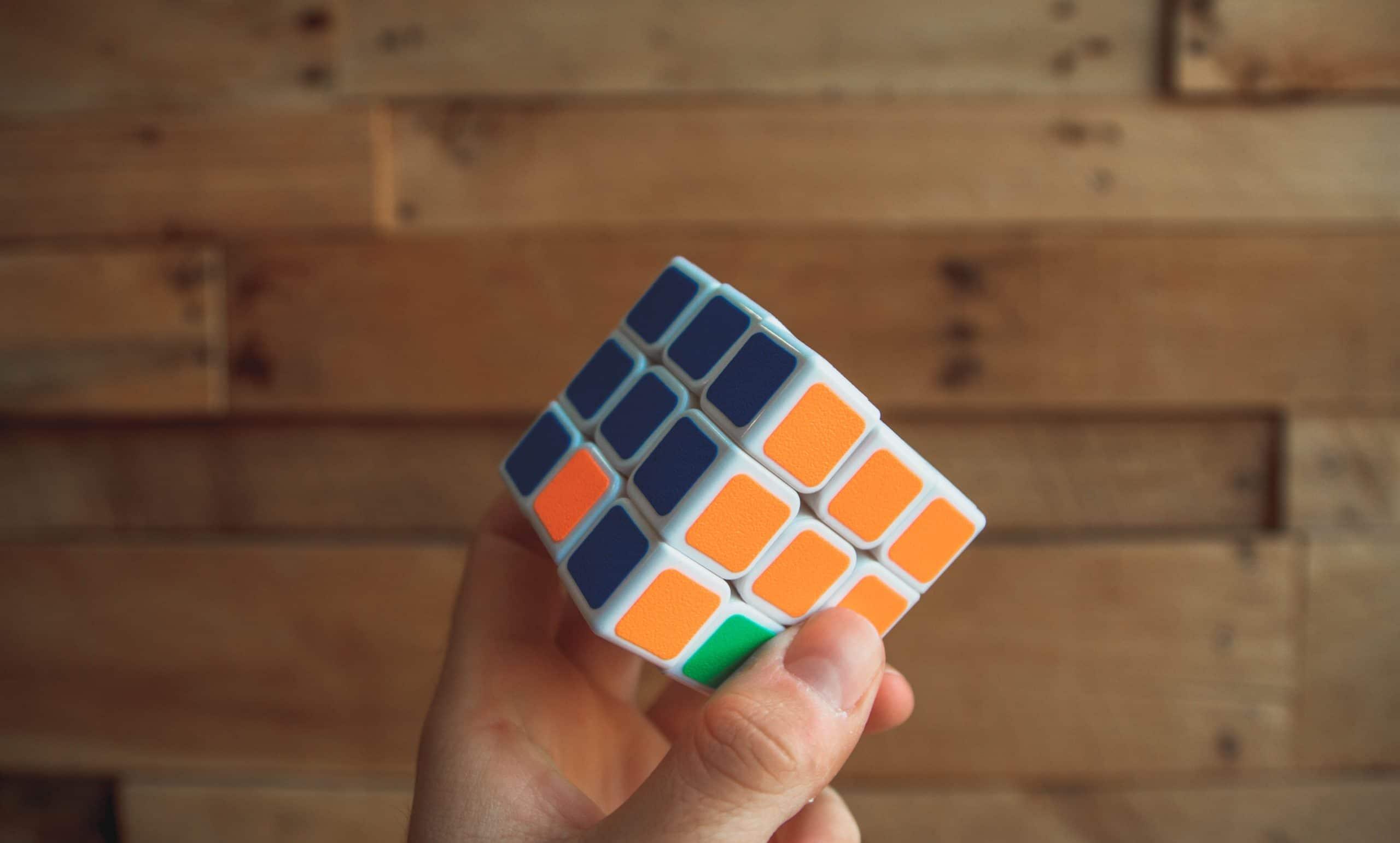 Rubik's Cube représentant la stratégie de social selling à mettre en place.