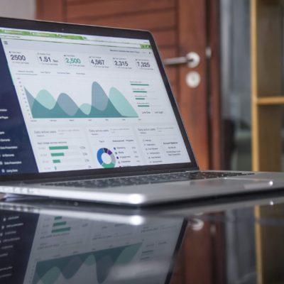 Ecran d'un ordinateur montrant les statistiques mensuelles d'un site internet